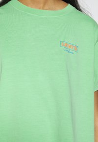 Levi's® - GRAPHIC VARSITY TEE - T-shirts med print - absinthe green - 4
