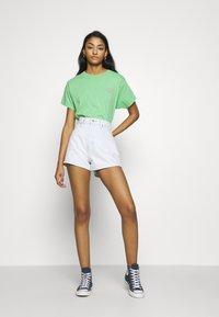Levi's® - GRAPHIC VARSITY TEE - T-shirts med print - absinthe green - 1