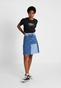 Levi's® - GRAPHIC VARSITY TEE - Camiseta estampada - black - 1