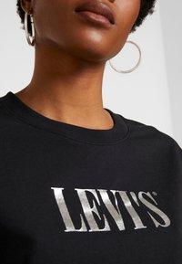 Levi's® - GRAPHIC VARSITY TEE - Camiseta estampada - black - 5