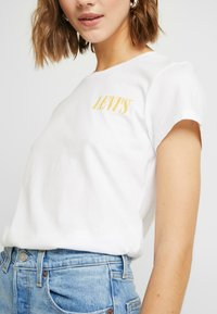 Levi's® - THE PERFECT TEE - Print T-shirt - serif chest hit white - 5