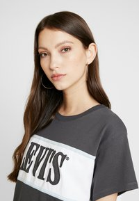 Levi's® - CAMERON TEE - T-Shirt print - iron/white/baby blue - 3