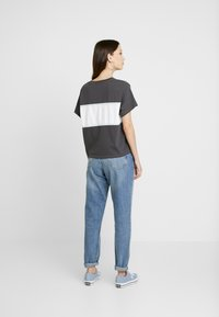 Levi's® - CAMERON TEE - T-Shirt print - iron/white/baby blue - 2