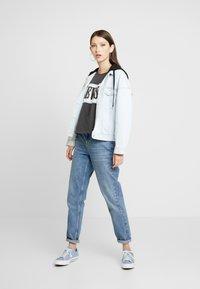 Levi's® - CAMERON TEE - T-Shirt print - iron/white/baby blue - 1