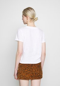 Levi's® - GRAPHIC SURF TEE - T-shirts med print - white - 2