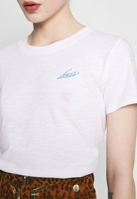 Levi's® - GRAPHIC SURF TEE - T-shirts med print - white - 4