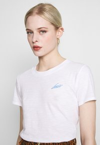 Levi's® - GRAPHIC SURF TEE - T-shirts med print - white - 3
