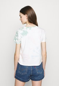 Levi's® - GRAPHIC SURF TEE - T-shirts med print - tie dye - 2