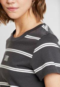 Levi's® - GRAPHIC SURF TEE - T-shirt med print - mottled dark grey - 5