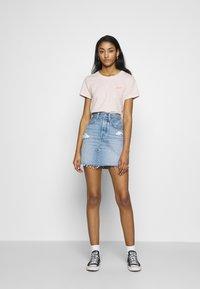 Levi's® - GRAPHIC SURF TEE - T-shirts med print - script peach blush - 1
