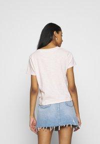 Levi's® - GRAPHIC SURF TEE - Camiseta estampada - script peach blush - 2