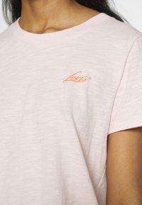 Levi's® - GRAPHIC SURF TEE - T-shirts med print - script peach blush - 4