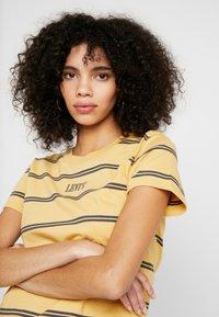 Levi's® - GRAPHIC SURF TEE - T-shirt z nadrukiem - alyssa/ochre - 3
