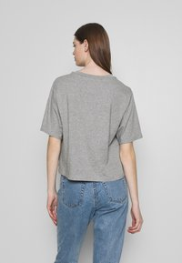Levi's® - GRAPHIC PARKER TEE - Camiseta estampada - mottled light grey - 2