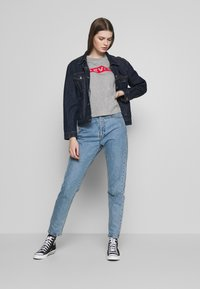 Levi's® - GRAPHIC PARKER TEE - T-shirt con stampa - mottled light grey - 1