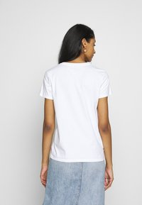 Levi's® - THE PERFECT TEE - T-shirts med print - white - 2