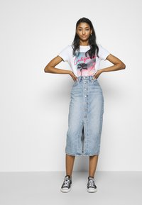 Levi's® - THE PERFECT TEE - T-shirts med print - white - 1