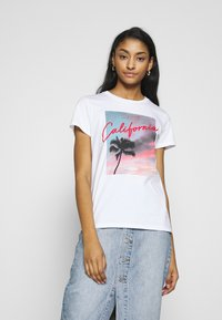 Levi's® - THE PERFECT TEE - T-shirts med print - white - 0