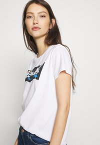 Levi's® - THE PERFECT TEE - T-Shirt print - floral filled batwing white - 3