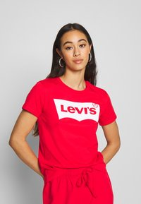 Levi's® - THE PERFECT TEE - T-shirts med print - tomato - 0