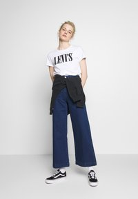 Levi's® - THE PERFECT TEE - T-shirt z nadrukiem - white - 1