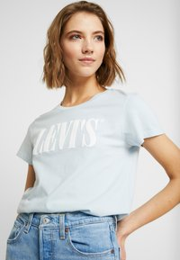 Levi's® - THE PERFECT TEE - T-shirt z nadrukiem - baby blue