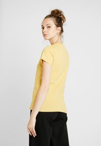 Levi's® - THE PERFECT TEE - T-shirts med print - ochre - 2