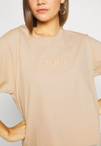Levi's® - GRAPHIC VARSITY TEE - T-shirt z nadrukiem - toasted almond - 5