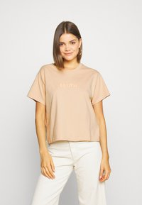 Levi's® - GRAPHIC VARSITY TEE - T-shirt z nadrukiem - toasted almond - 0