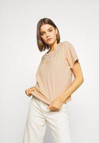 Levi's® - GRAPHIC VARSITY TEE - T-shirt z nadrukiem - toasted almond - 3