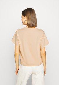 Levi's® - GRAPHIC VARSITY TEE - T-shirt z nadrukiem - toasted almond - 2