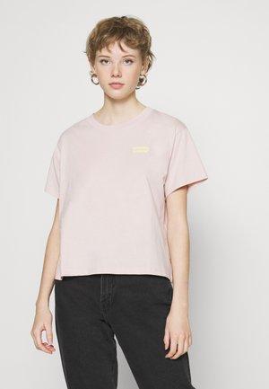 GRAPHIC VARSITY TEE - T-shirts med print - sepia rose
