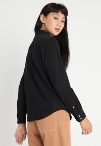 Levi's® - ULTIMATE WESTERN - Button-down blouse - shiny happy people - 2