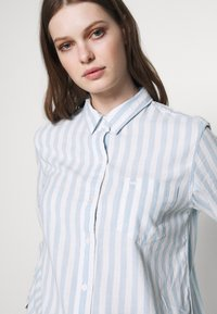 Levi's® - THE ULTIMATE - Camicia - white/light blue - 4