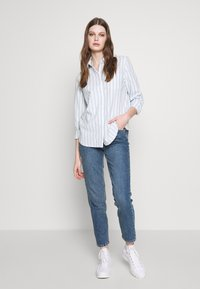 Levi's® - THE ULTIMATE - Camicia - white/light blue - 1