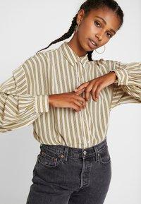 Levi's® - MARGOT - Koszula - stripe sandshell - 3