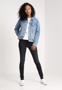 Levi's® - EX BOYFRIEND TRUCKER - Veste en jean - soft as butter mid - 1