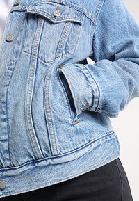 Levi's® - EX BOYFRIEND TRUCKER - Veste en jean - soft as butter mid - 6