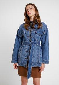 Levi's® - BELTED TRUCKER - Veste en jean - blue denim - 0