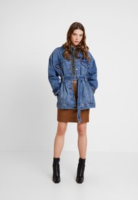 Levi's® - BELTED TRUCKER - Chaqueta vaquera - blue denim - 1