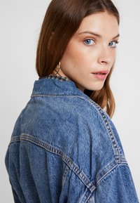 Levi's® - BELTED TRUCKER - Chaqueta vaquera - blue denim - 3