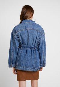 Levi's® - BELTED TRUCKER - Veste en jean - blue denim - 2