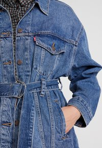 Levi's® - BELTED TRUCKER - Chaqueta vaquera - blue denim - 5