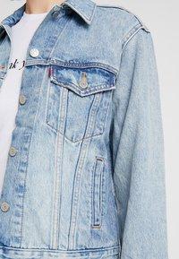 Levi's® - EX-BOYFRIEND TRUCKER - Denim jacket - blue denim - 5