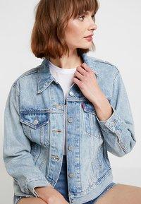 Levi's® - EX-BOYFRIEND TRUCKER - Denim jacket - blue denim - 3