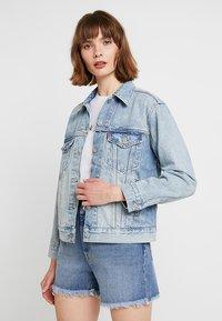 Levi's® - EX-BOYFRIEND TRUCKER - Denim jacket - blue denim - 0