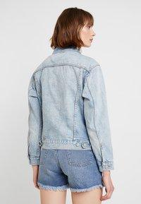 Levi's® - EX-BOYFRIEND TRUCKER - Denim jacket - blue denim - 2