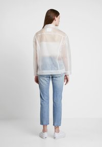 Levi's® - CLEAR BAGGY TRUCKERIN THE CLEAR - Regenjas - in the clear - 2