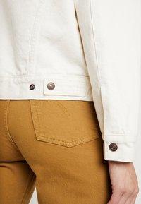 Levi's® - EX-BF SHERPA TRUCKER - Kurtka jeansowa - icy ecru - 5