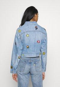 Levi's® - CROP DAD TRUCKER - Denim jacket - light blue denim - 2
